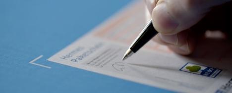 Kontaktlose Paketannahme bei Hermes: Der Zusteller bittet um Unterschrift mit eigenem Stift auf dem Label des abgelegten Paketes (Foto: Hermes)